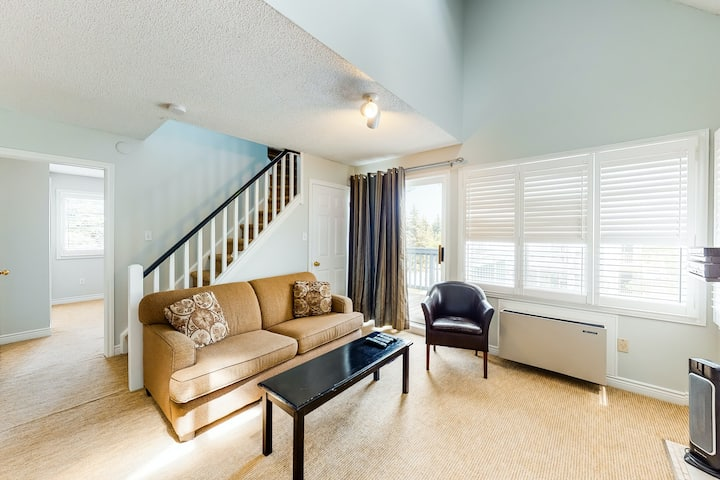 Renovated condo w/ shared pool, hot tub & tennis - walk to slopes/lift!