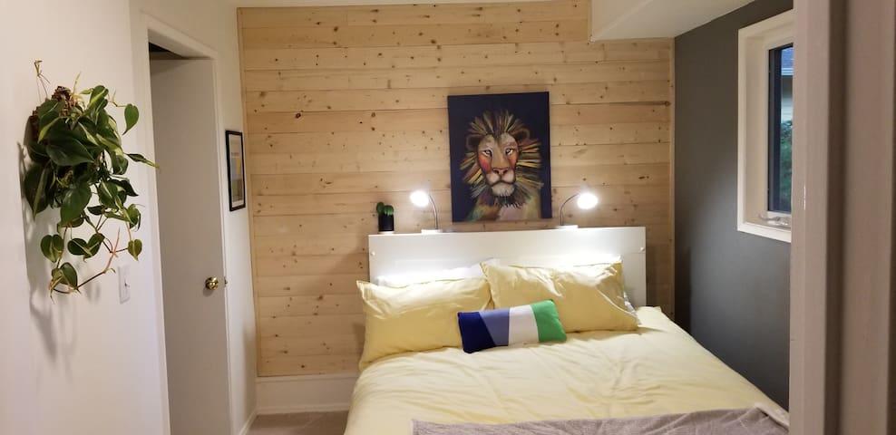 Clean, stylish, cozy, 420friendly Guest Suite