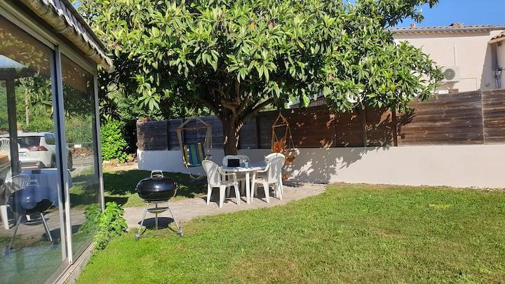 Jolie maisonnette climatisée au calme avec jardin
