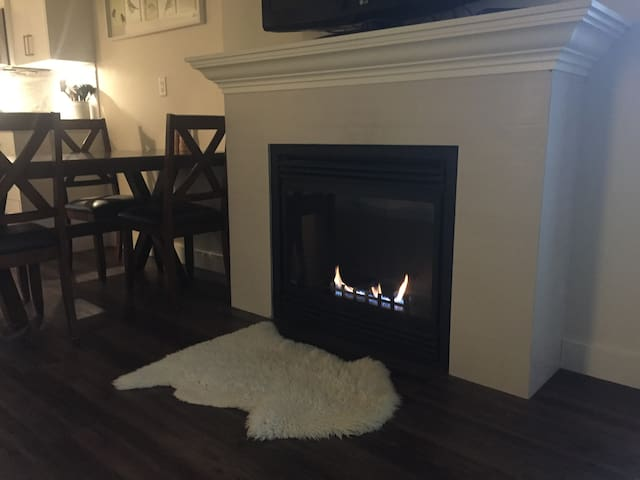 Cozy, Intimate Fireplace and Open Concept - 애버츠퍼드(Abbotsford) - 아파트