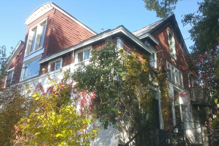 Carriage House on the Hill, 2.5 Floor w/Loft, 2B1B
