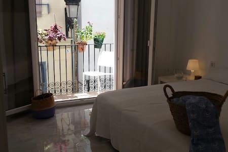 Habitación con balcón en centro histórico Valencia - València - Rumah