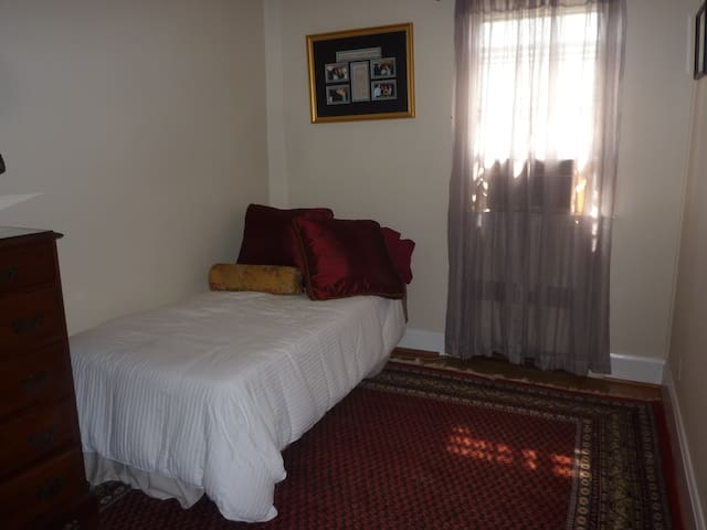 Private room with single bed and writing desk - Baltimore - Casa