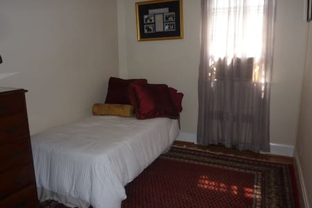 Private room with single bed and writing desk - Baltimore - Rumah