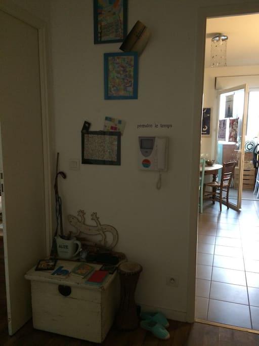 L'entrée qui vous accueillera, code wifi à disposition elle donne la note de l'ambiance de la maison