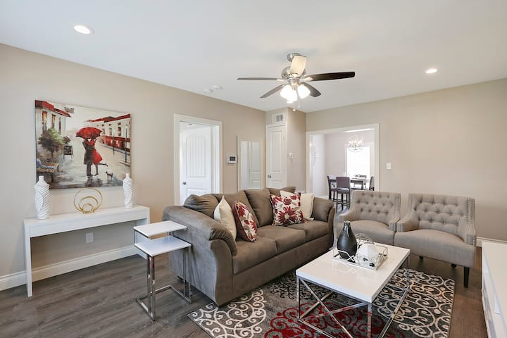 ♕Central Luxury♕ 2BR | 2 KING Beds | Gated Parking