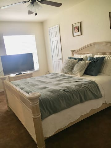 Orlando: Private Room/Queen Bed/Private Bathroom