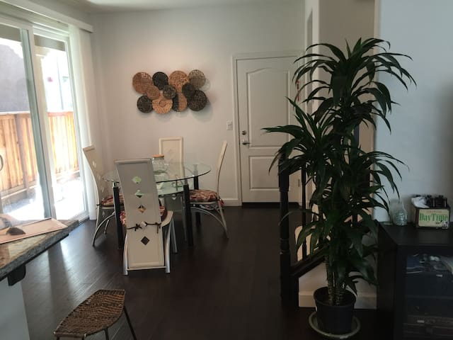 private room in beautiful single family home - Hayward - Casa