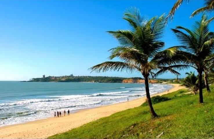 Espaçosa, 3 Suítes e com uma linda praia à 300m.