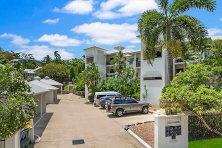 Serenity! New listing: walk to beach, shops + city