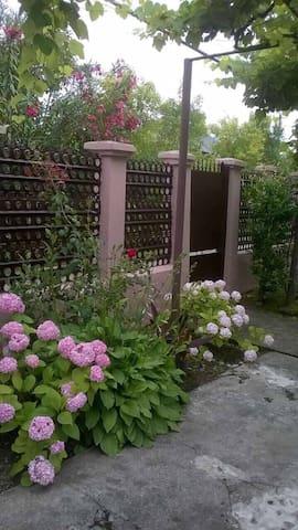 Уютный 2х этажный дом с садом - Гудаута