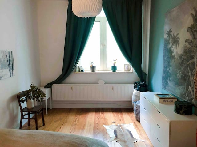"Charming ""Altbau"" Apartment - South of the City"