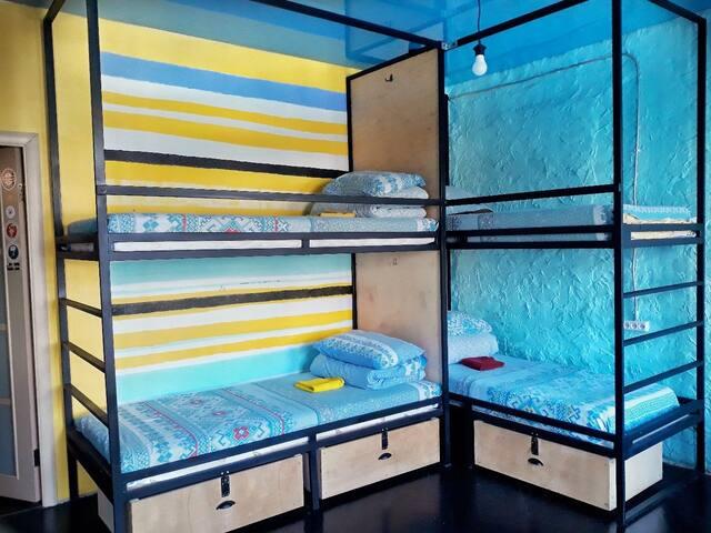 Кровать в общем 6-местном номере №12 Riverside