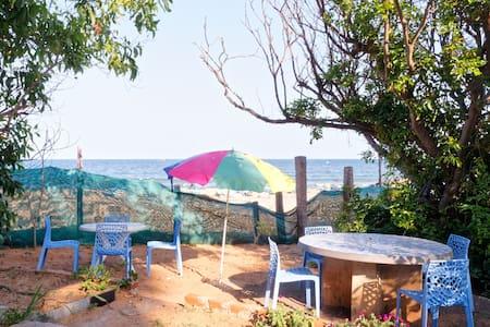 Simple beach accommodation 4 bedded-ganga down - Bommayapalayam - Bed & Breakfast