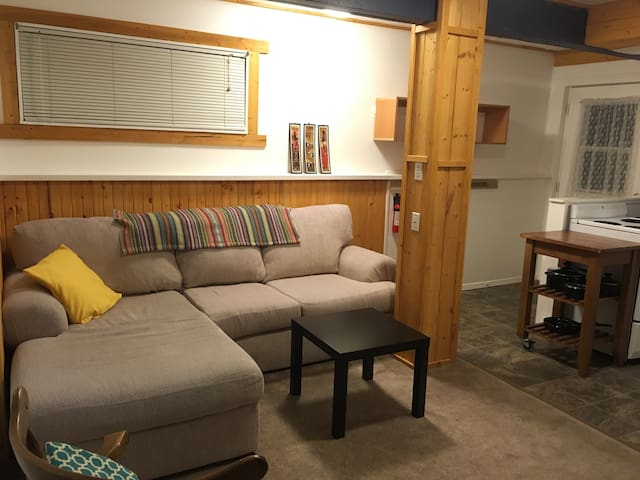 Cosy walk-out suite near Cougar Creek - Кэнмор - Дом
