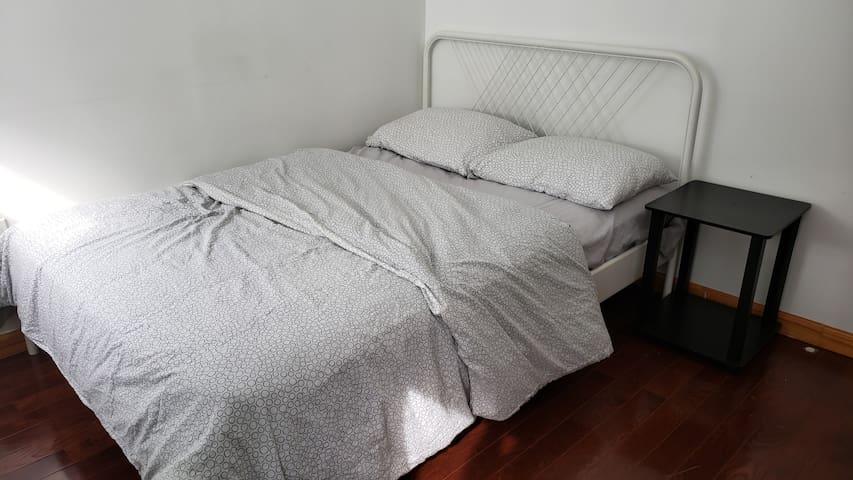 PRIVATE CLEAN ROOM IN BAYRIDGE 3