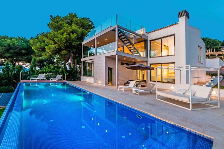 Iris - Fabulous Contemporary Villa Pool Sea Views
