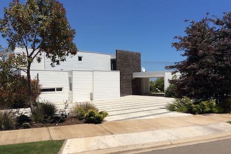 Linda y moderna casa en Las Brisas - Huis