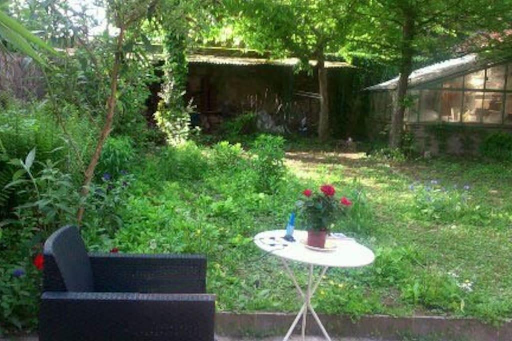 Le jardin est délicieux l'été, il y a aussi deux chaises longues sur la terrasse et si vous vous reposez, nous offrons le café!