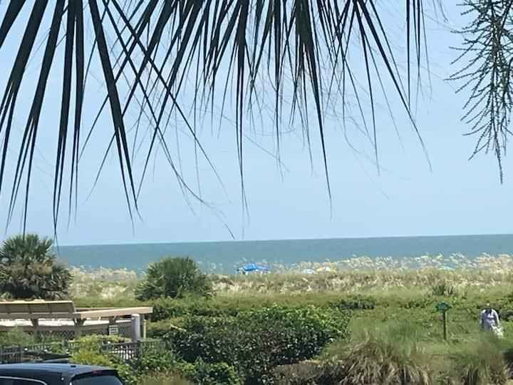 Beautiful Ocean View, Free Bikes and Beach Chairs