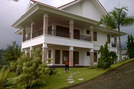 Villa Keluarga Eksklusif - Prigen
