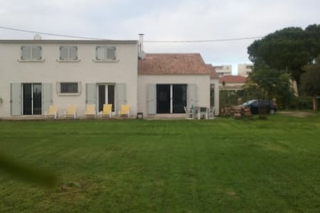 Chambre privée dans villa jardin 10 mn plage - Borgo