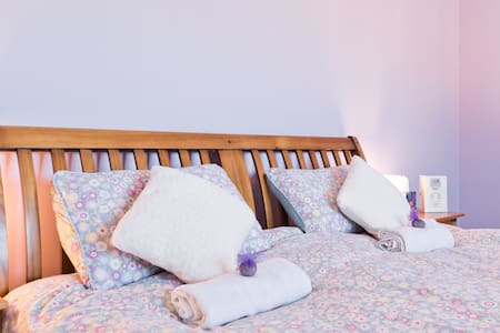 Modern cosy rooms 15 mins to Dublin Airport &City.