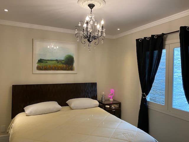 Vista da suíte no andar superior onde existe uma cama king size.