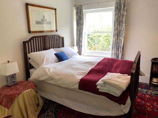Comfy  Double Room in the Cotswolds Great Location