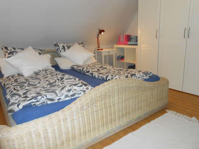 Doppelbett im Schlazimmer Gartenblick im Apartment RheinBurgenWeg
