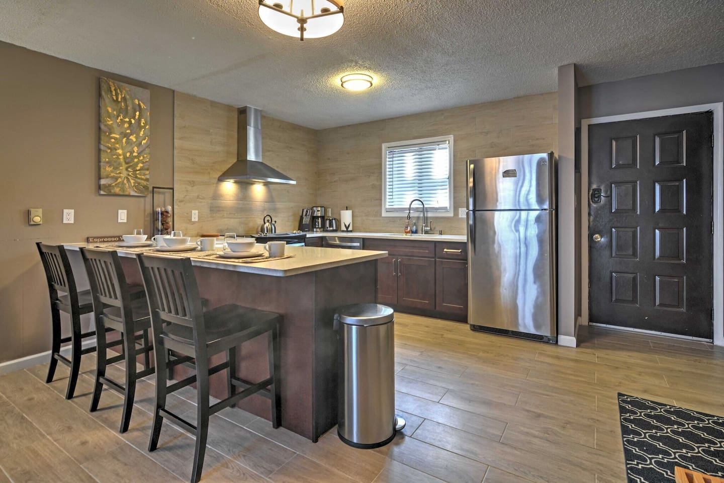 Open Spaced U Shaped Kitchen to enjoy cooking delicious meals in the updated kitchen, fully equipped with stainless steel appliances and all the necessary kitchen accessories.