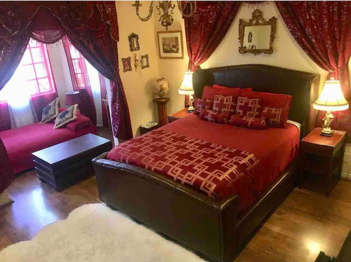 Spacious Presidential Designer Suite In A Mansion