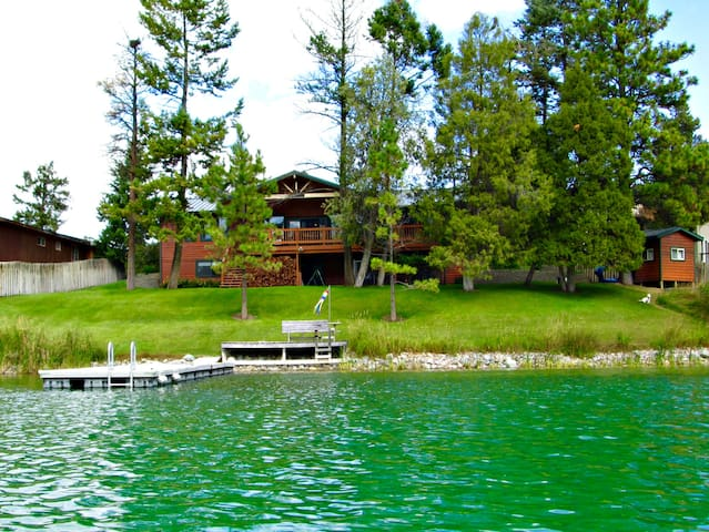 Lake front living, room with a view - Kalispell - House