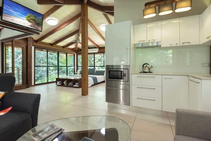 Luxurious & Private Creekside Spa Cabin, Daintree