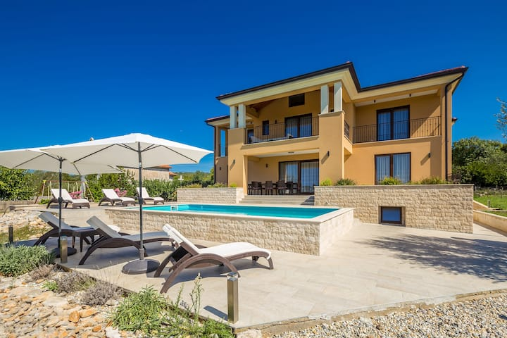 Beautiful Villa CECILIA with pool for 12 persons