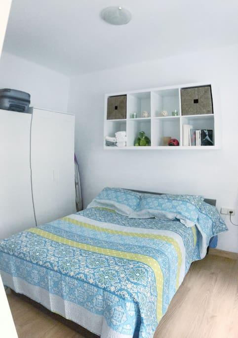 Una cama de 195cm X 140cm