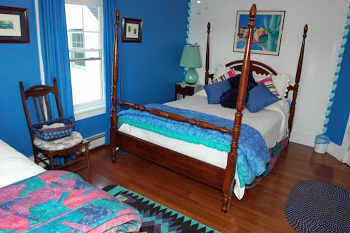 The Lapis Lazuli Bedroom-Bold Colorful Life Estate - Boothbay - Bed & Breakfast