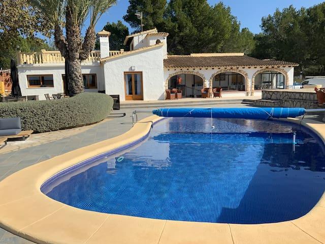 villa met buitenkeuken en groot zwembad