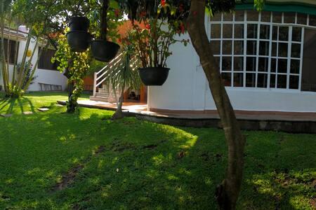 Casita con bonito jardín