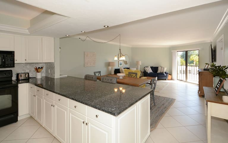 EP-205 Tastefully decorated tropical view 2BR/2BA Siesta Key Condo