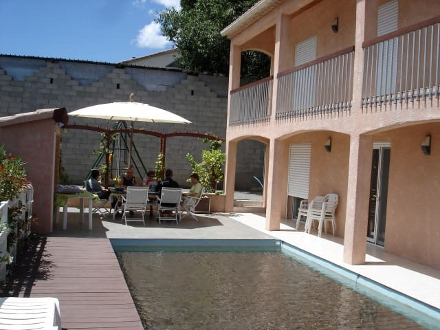 Quissac - grand appartement familial piscine clim
