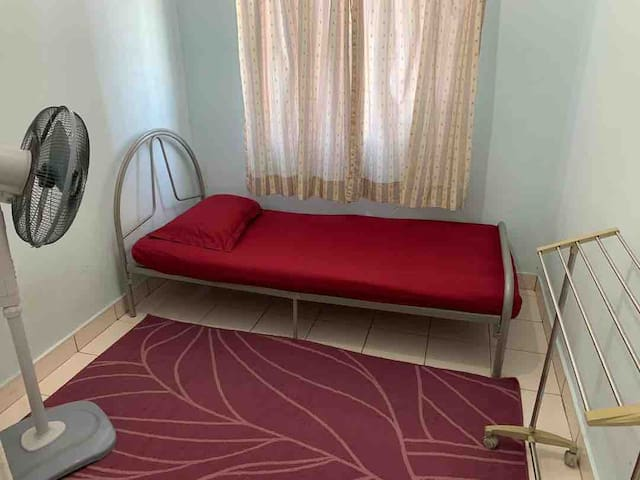 Cheap Basic Single Room in City Centre with Pool!