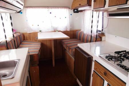 노을이 지는 모습이 아름다운 태안해변에 자리잡은 카라반 캠핑장 좋은맘(토이하울러)객실
