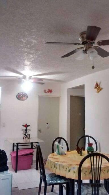 Sala comedor con ventiladores