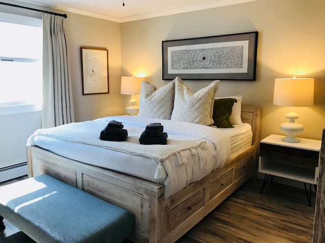 The master bedroom has a king size bed with premium 100% Pima Cotton 680 thread count bed linens. Black out drapes ensure a good night's sleep!