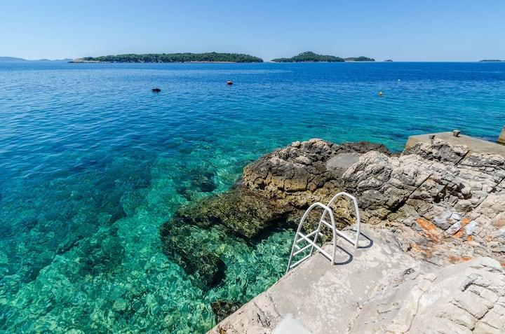 Island Korcula, beautiful sea side apt for 5