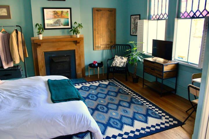 Gorgeous studio — historic oak-lined Esplanade Ave
