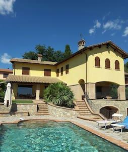 """Villa """"Poggio delle Aquile"""" - Castiglione del lago"""