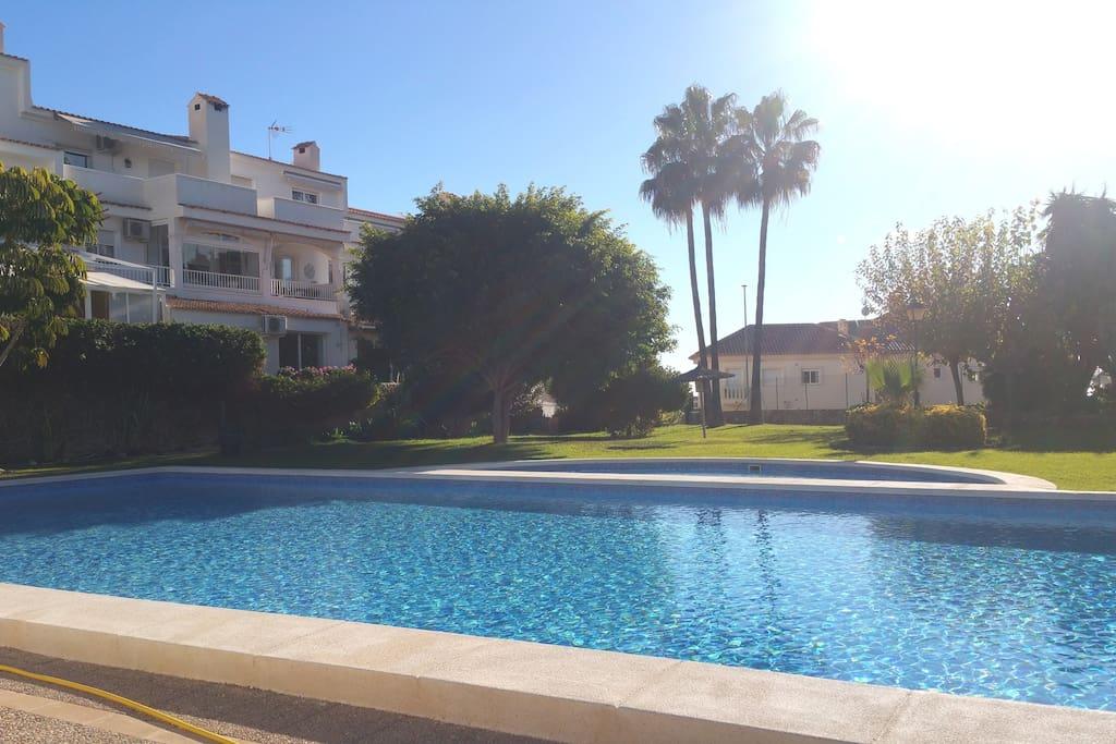Magníficos jardines para relajarse jugar al tenis y bañarse en la piscina disponible todo el año.