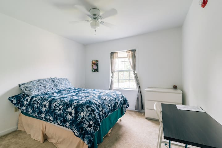 Spacious, private bed & bath minutes to MetLife